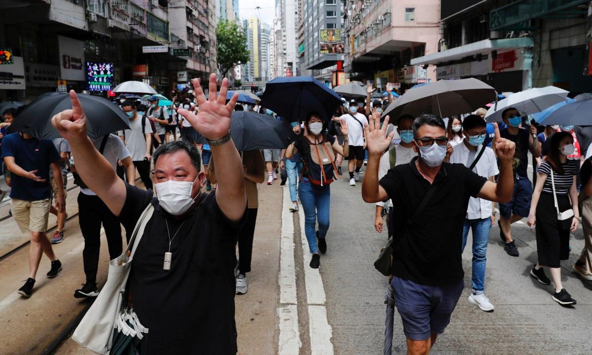 Đám đông biểu tình phản đối luật an ninh mới tại Hong Kong hôm 1/7. Ảnh: Reuters.