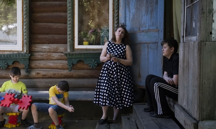 Yekaterina Gorbunova bên cạnh ba con. Ảnh: Washington Post.