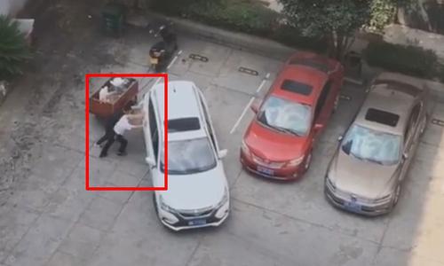 Cô gái loay hoay lái xe quanh cây xăng - 3