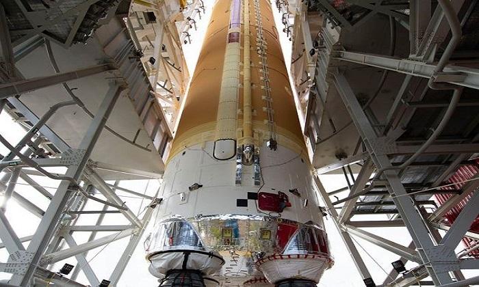 Tầng lõi tên lửa SLS trên giá đỡ ở Trung tâm Vũ trụ Stennis. Ảnh: Space.