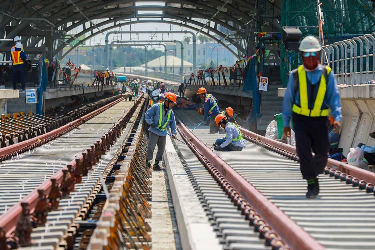 Công nhân thi công đoạn trên cao của tuyến Metro Bến Thành - Suối Tiên tháng 4/2020. Ảnh: Quỳnh Trân.