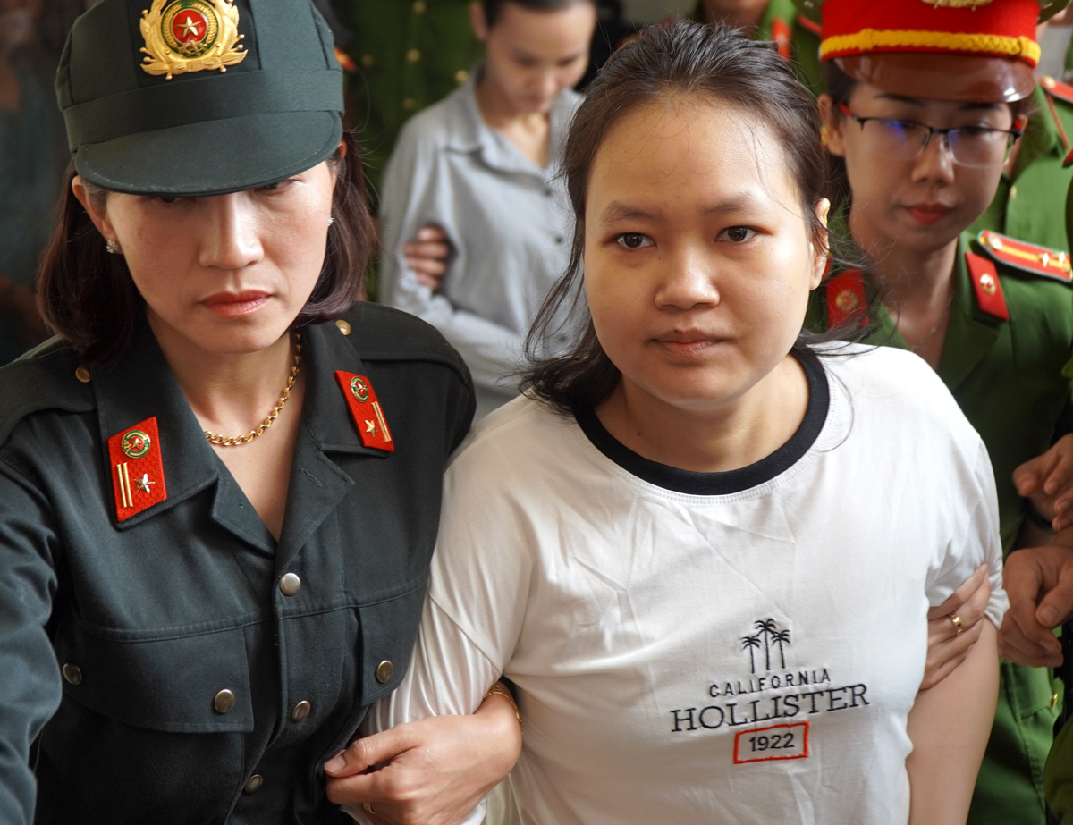 Thiên Hà được dẫn ra xe về trại giam, sau khi nhận án tử hình. Ảnh: Phước Tuấn.