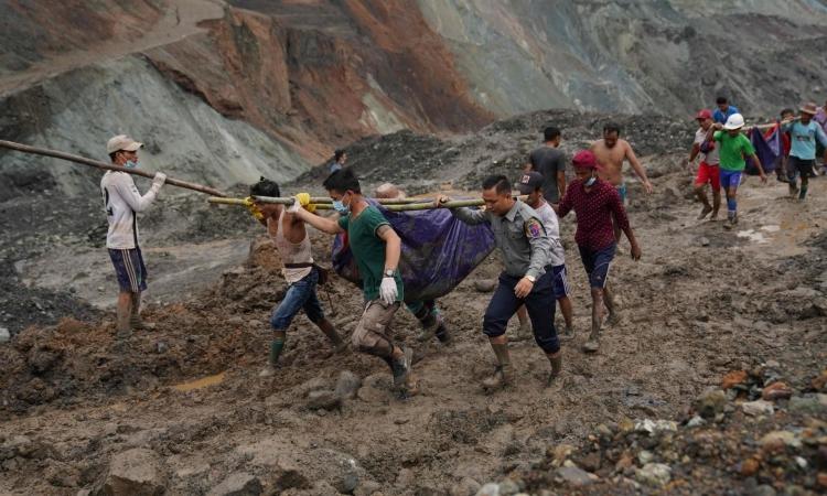 Lực lượng cứu hộ di chuyển các thi thể được tìm thấy tại hiện trường vụ sạt lở mỏ ngọc bích ở Myanmar hôm 2/7. Ảnh: AFP.