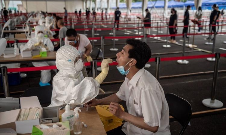 Nhân viên y tế lấy mẫu xét nghiệm cho một người dân Bắc Kinh, Trung Quốc, hôm 24/6. Ảnh: AFP.