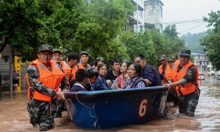 Người dân tại khu vực ngập lụt ở Trùng Khánh được hỗ trợ sơ tán trong tuần này. Ảnh: AFP.