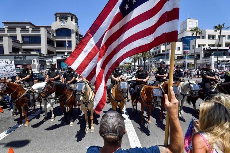 Một cuộc biểu tình chống phong tỏa ở Huntington Beach, California, ngày 1/5. Ảnh: Orange County Register.