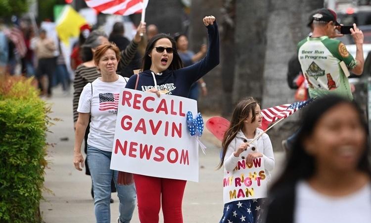 Một cuộc biểu tình chống lệnh phong tỏa nhằm ngăn chặn nCoV lây lan ở thành phố Sacramento, bang California, hồi tháng 4. Ảnh: AFP.