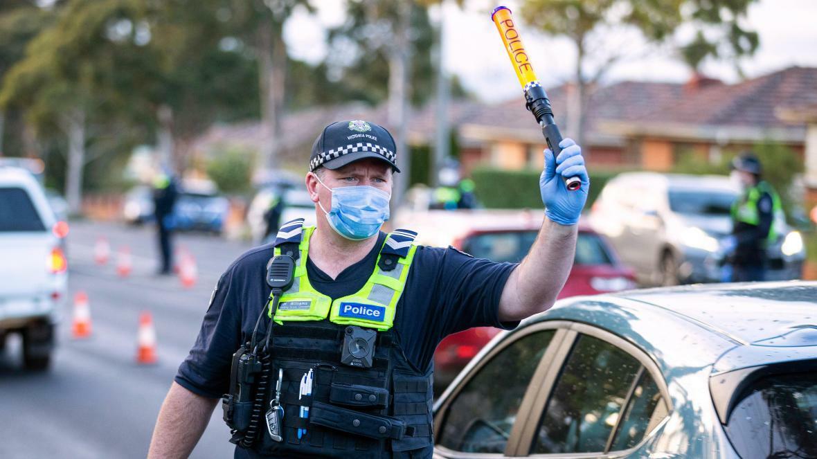 Cảnh sát tại chốt an ninh Melbourne, Australia, July 2, 2020. (AAP Image/Reuters/Daniel Pockett)