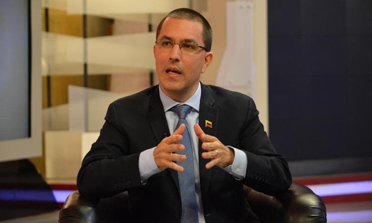 Ngoại trưởng Venezuela Jorge Arreaza trả lời phỏng vấn trên truyền hình hôm 1/7. Ảnh: AFP.