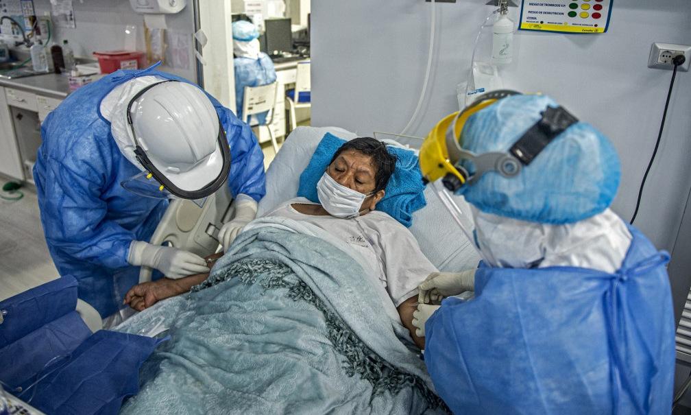 Nhân viên y tế chăm sóc bệnh nhân Covid-19 tại Peru hôm 2/7. Ảnh: AFP.