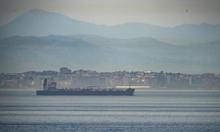 Một chiếc trong đội 5 tàu chở dầu của Iran cho Venezuela đi qua vùng biển quốc tế thuộc eo biển Gibraltar hôm 20/5. Ảnh: AP.