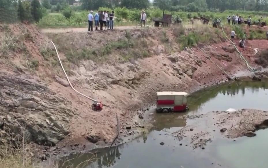 Chiếc xe ba gác chạy điện được tìm thấy khi người dân tát nước trong hồ để cứu hạn. Ảnh: CCTV.