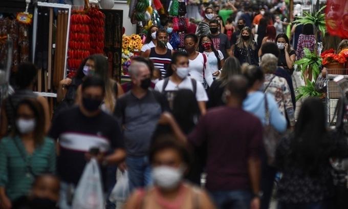 Người dân đi lại tấp nập tại một khu mua sắm ở thành phố Rio de Janeiro, Brazil, hôm 29/6. Ảnh: Reuters.