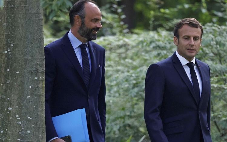 Thủ tướng Philippe (trái) và Tổng thống Pháp Emmanuel Macron tại Paris hồi tháng 6 năm ngoái. Ảnh: AP.