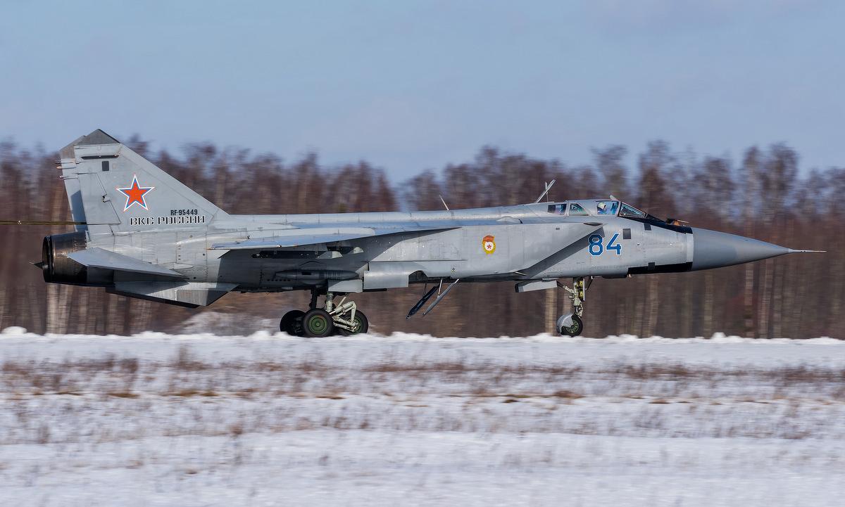 Tiêm kích MiG-31 sau một chuyến bay huấn luyện đầu năm nay. Ảnh: Russian Planes.