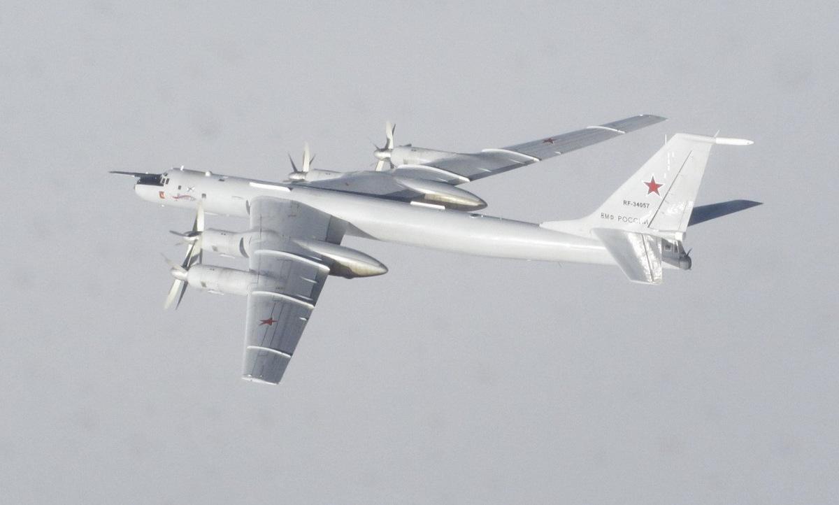 Máy bay Tu-142 Nga bị tiêm kích NATO bám đuôi hồi tháng 3. Ảnh: NATO.