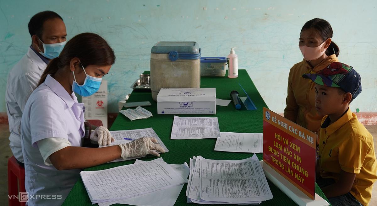 Cán bộ y tế ở Đăk Nông khám tư vấn tiêm vaccine bạch hầu cho trẻ vùng dịch. Ảnh: Trần Hóa.