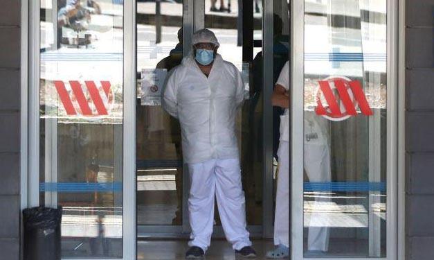 Nhân viên y tế tại bệnh viện Arnau de Vilanova ở thành phố Lleida, vùng Catalonia, Tây Ban Nha, hôm nay. Ảnh: Reuters.