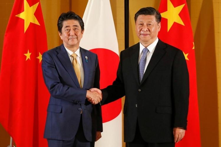 Thủ tướng Nhật Bản Shinzo Abe (trái) và Chủ tịch Trung Quốc Tập Cận Bình tại Osaka tháng 6/2019. Ảnh: Reuters.
