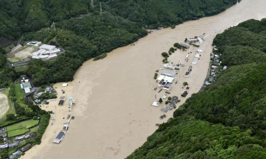 Một khu dân cư chìm trong nước lũ tại tỉnh Kumamoto hôm 4/7. Ảnh: Kyodo.