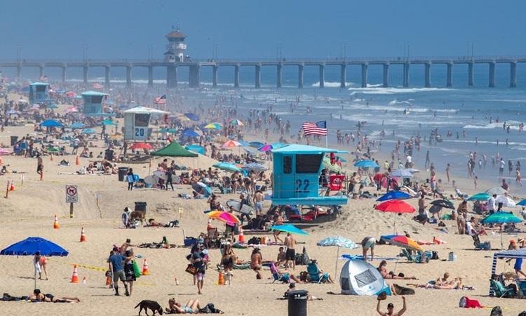 Người dân Mỹ tụ tập trên bãi biển thành phố Ocean, bang Maryland hôm 3/7. Ảnh: AFP.
