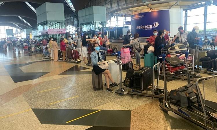 Công dân Việt Nam xếp hàng tại sân bay ở Malaysia, chuẩn bị lên máy bay về nước ngày 5/7. Ảnh: Bộ Ngoại giao.