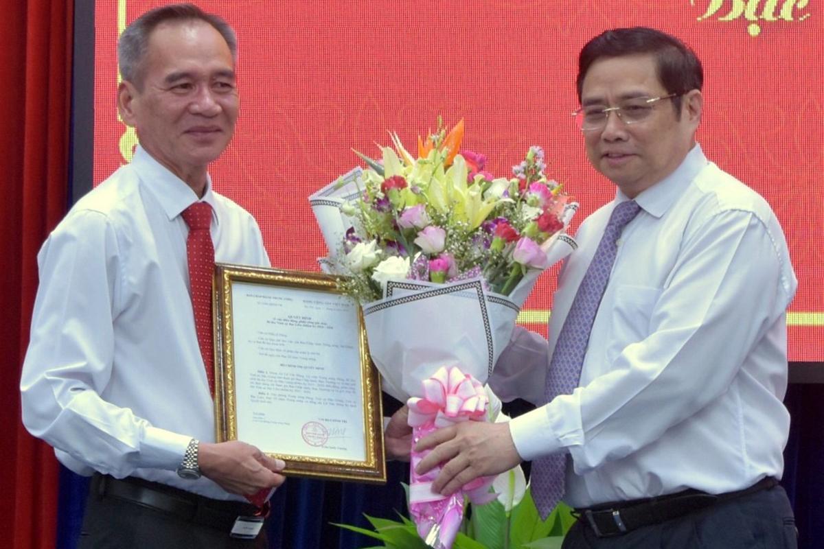 Ông Lữ Văn Hùng (trái). Ảnh: Cửu Long.