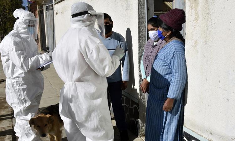 Nhân viên y tế đến từng nhà dân để kiểm tra những người có khả năng nhiễm nCoV tại El Alto, Bolivia hôm 4/7. Ảnh: AFP.