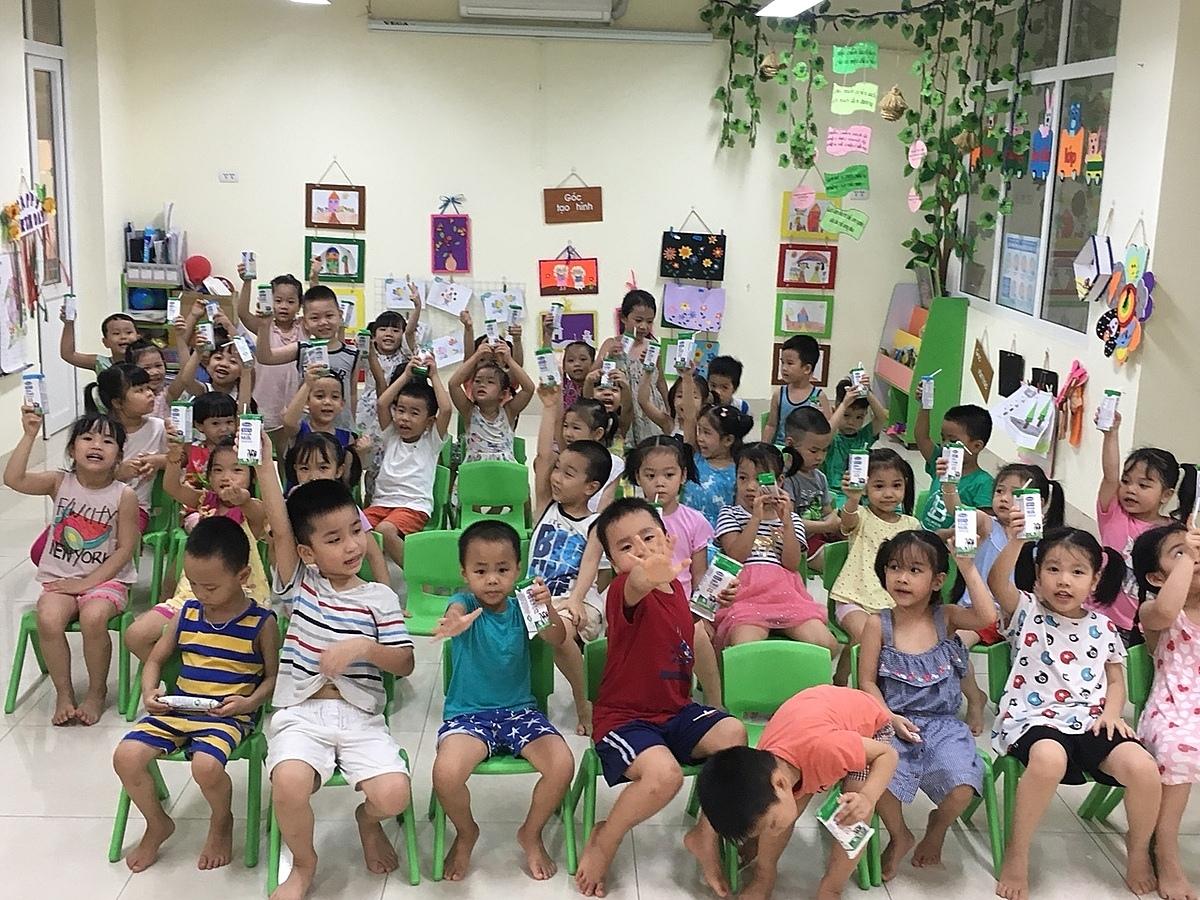 Việc uống sữa mỗi ngày khi đến lớp góp phần giúp các em có thêm năng lượng để học tập, tham gia vào các hoạt động vui chơi, thể dục thể thao của trường lớp sôi nổi hơn, góp phần phát triển thể trạng một cách toàn diện.