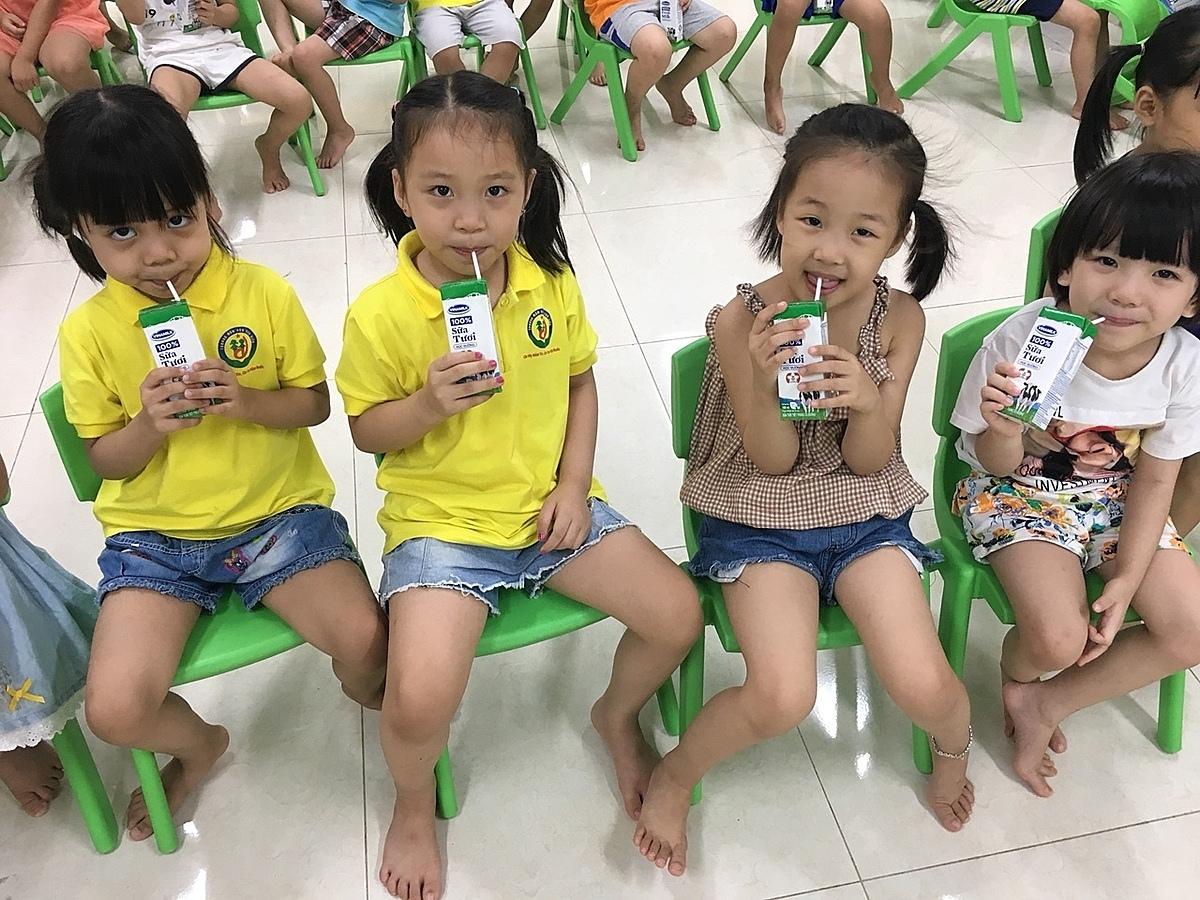 Giờ uống sữa còn kéo dài niềm vui cho các bé thông qua các hoạt động xếp mô hình Lăng Bác, ô tô,...thật hay và lạ từ vỏ hộp sữa với cô giáo và bạn bè.