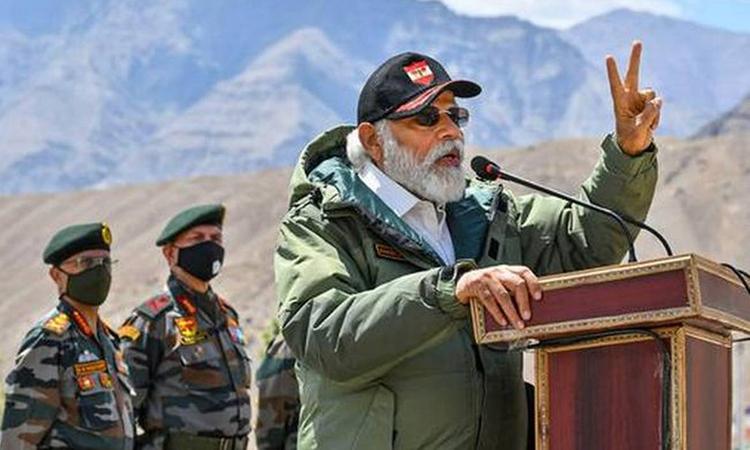 Thủ tướng Ấn Độ Narendra Modi trong chuyến thăm vùng Ladakh, giáp biên giới Trung Quốc hôm 3/7. Ảnh: Hindustan Times.