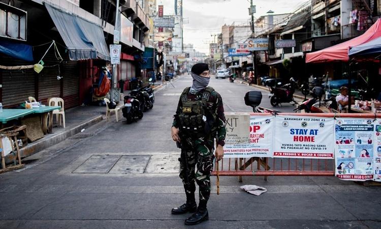 Binh sĩ đứng gác trên một con đường ở thủ đô Manila, Philippines, hồi tháng 4, thời điểm lệnh phong tỏa nhằm chống Covid-19 vẫn được áp dụng. Ảnh: Reuters.