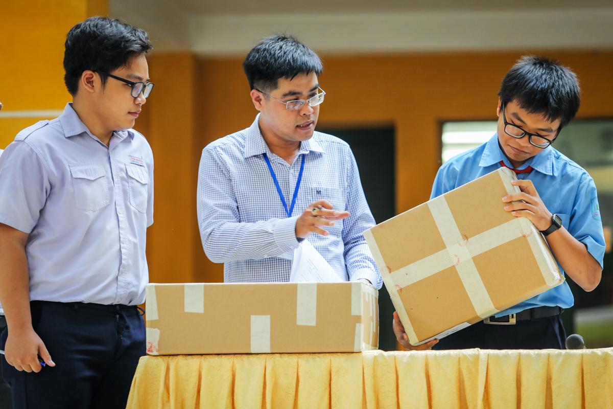 Thí sinh kiểm tra niêm phong đề thi trong kỳ thi tuyển sinh lớp 10 tại TP HCM tháng 6/2019. Ảnh: Quỳnh Trần.
