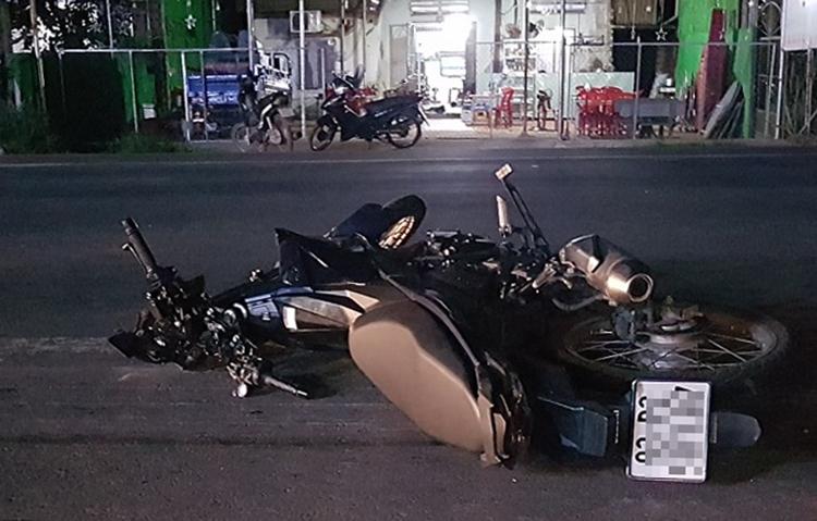 Chiếc xe máy tông hai mẹ con tại hiện trường. Ảnh: Văn Trăm.