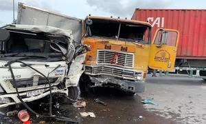 Camera ghi lại cảnh xe đầu kéo va chạm ôtô tải