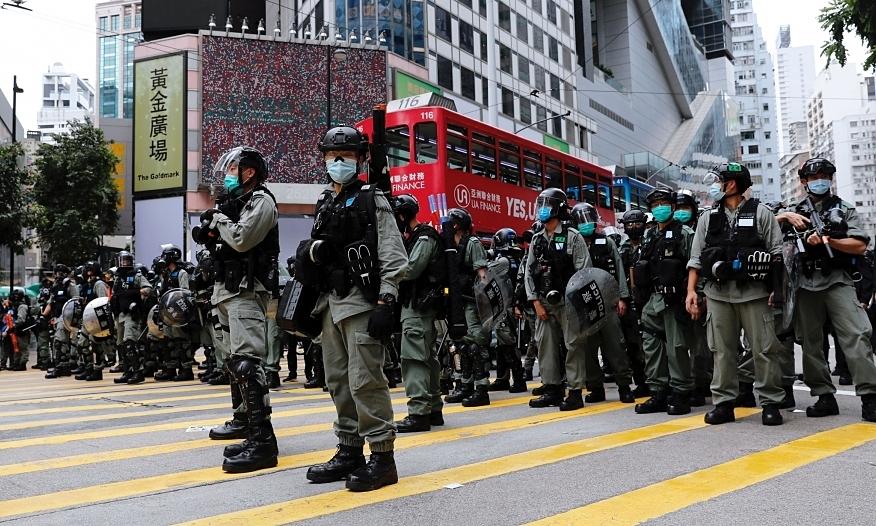 Cảnh sát chống bạo động được triển khai để giải tán biểu tình phản đối luật an ninh ở Hong Kong hôm 24/5. Ảnh: Reuters.