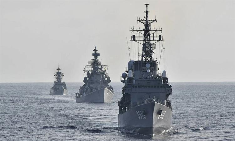Tàu huấn luyện JS Shimayuki của Nhật Bản (trước) diễn tập cùng khu trục hạm INS Rana (giữa) và hộ vệ hạm INS Kirch (cuối) của Ấn Độ trên Ấn Độ Dương, ngày 27/6. Ảnh: JMSDF.