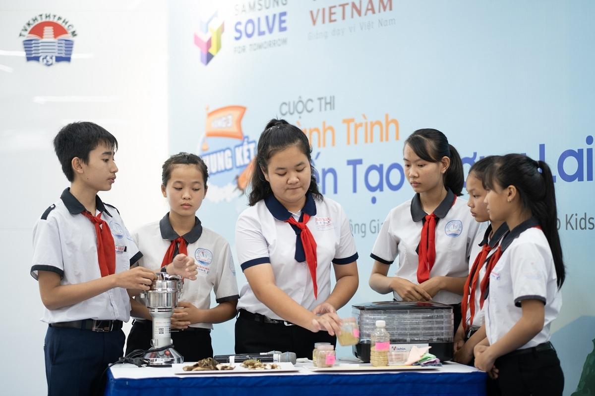 Nhóm Dũng Sĩ Diệt Muỗi trình bày trước Ban giám khảo về giải pháp Chế tạo nhang xua muỗi từ vỏ bưởi, vỏ cam, vỏ quýt, bã trà trong cuộc thi Solve For Tomorrow năm 2019. Ảnh: Samsung Việt Nam