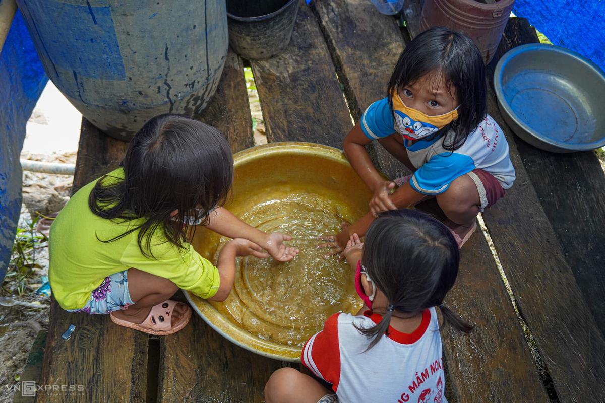 Các em nhỏ ở xã Quảng Hòa, huyện Đăk Glong rửa tay trước khi ăn cơm. Đây là một trong ba điểm dịch của tỉnh Đăk Nông . Ảnh: Trần Hóa.