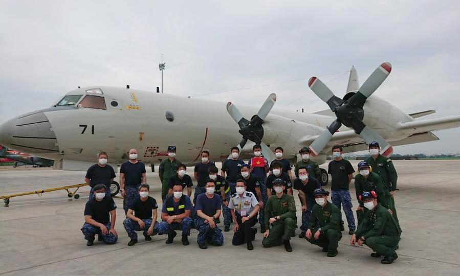 Tổ bay P-3C và nhân viên kỹ thuật tại sân bay Tân Sơn Nhất hồi tháng 6. Ảnh: Đại sứ quán Nhật Bản.