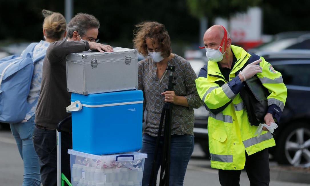 Quan chức y tế bên ngoài nhà máy thịt ở thành phố Bielefeld, Đức, hôm 20/6. Ảnh: Reuters.