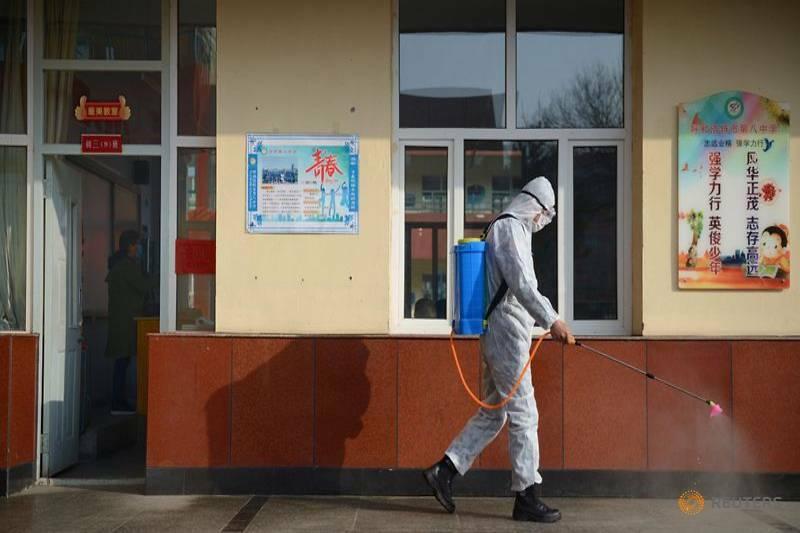Nhân viên y tế khử trùng một trường trung học ở thành phố Hohhot, khu tự trị Nội Mông, Trung Quốc hồi tháng 3. Ảnh: Reuters