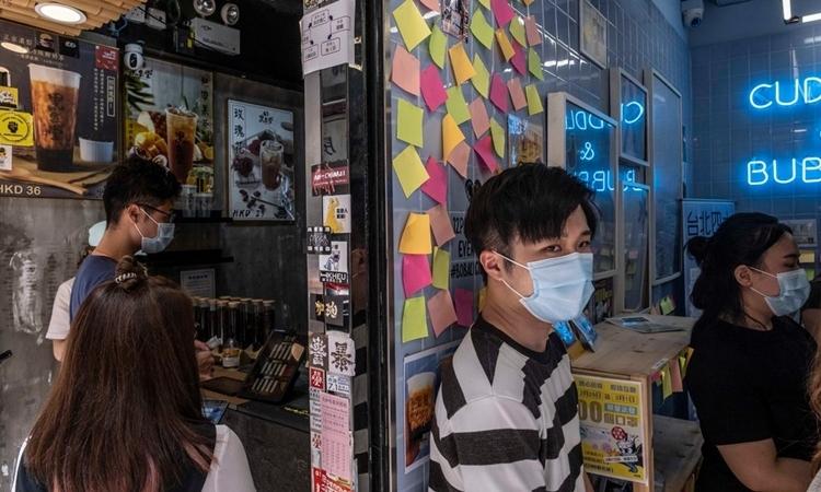 Nhà hàng ở Tsim Sha Tsui thay thế những tờ giấy nhớ mang khẩu hiệu ủng hộ dân chủ bằng giấy trắng ngày 3/7. Ảnh: NYTimes.