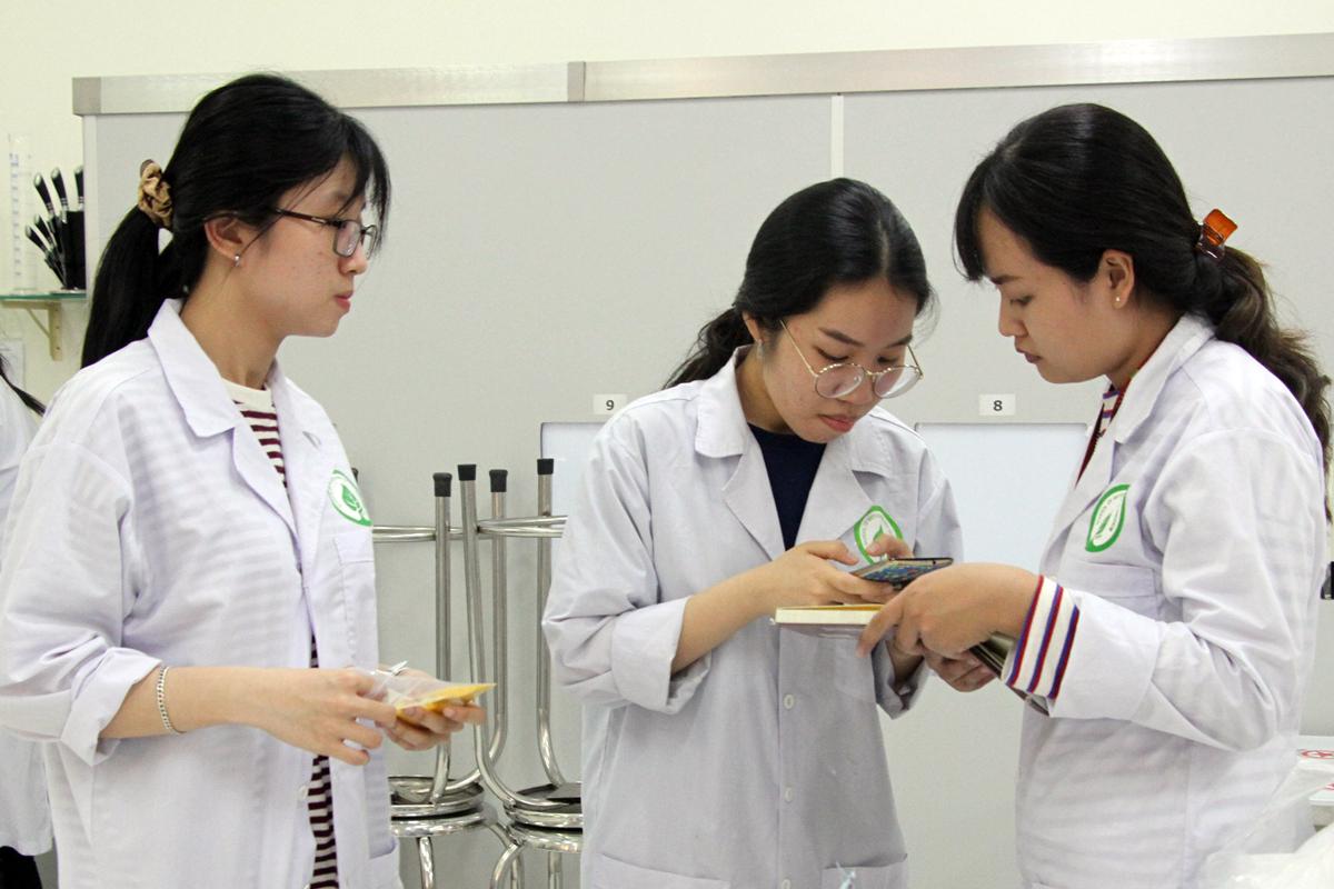 Sinh viên Khoa Công nghệ Sinh học (trường Đại học Quốc tế, Đại học Quốc gia TP HCM) trong phòng thí nghiệm. Ảnh: Mạnh Tùng.