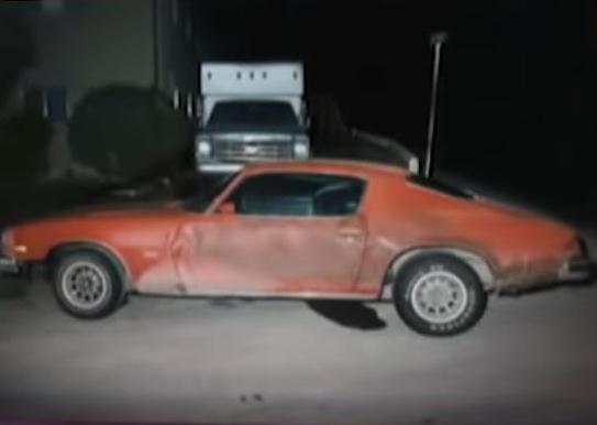 Chiếc xe Camaro đời 74 màu đỏ cam của Dale. Ảnh: Filmrise.