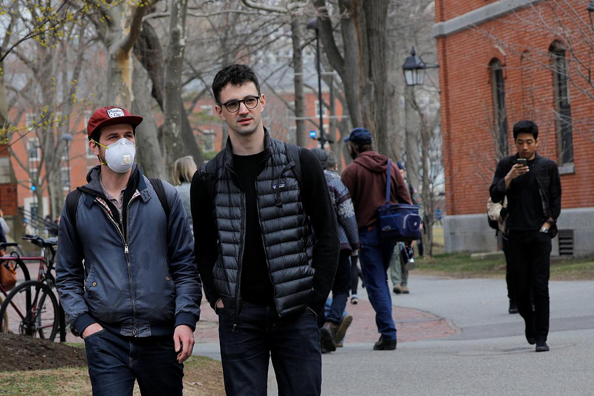 Sinh viên đi trong sân trưởng đại học Harvard ở thành phố Cambridge, bang Massachusetts, hôm 10/3. Ảnh: Reuters