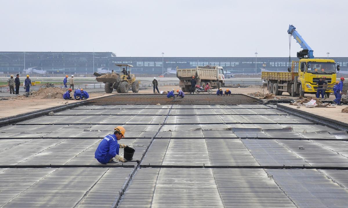 Công nhân sửa chữa đường băng, đường lăn sân bay Nội Bài. Ảnh: Anh Duy.