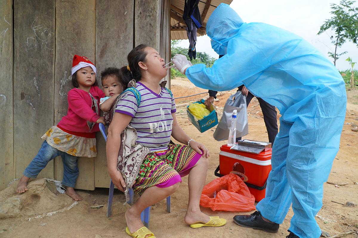 Bác sĩ thăm lấy mẫu xét nghiệm bạch hầu cho người dân ở Đăk Nông hồi tháng 6. Ảnh: Ngô Duyên.