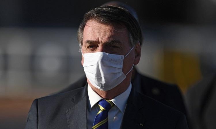 Tổng thống Brazil Jair Bolsonaro đeo khẩu trang khi dự một sự kiện ở Brasilia hồi tháng 5. Ảnh: AFP.