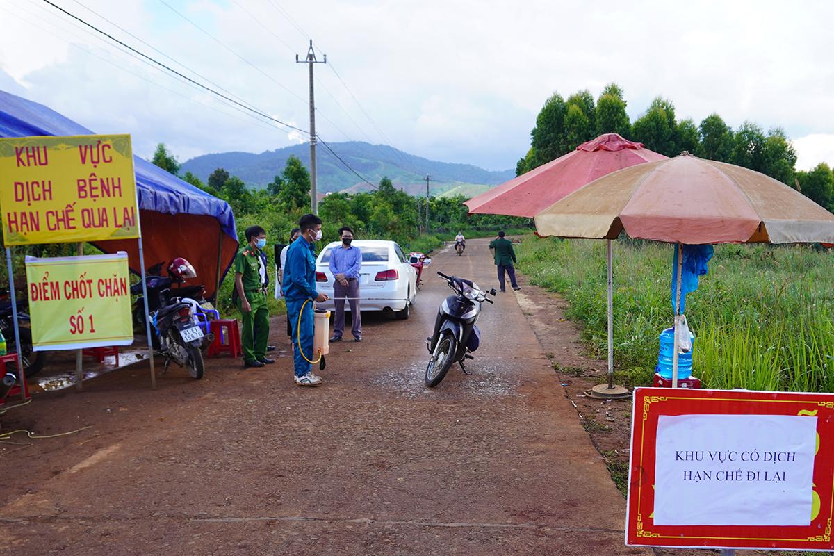 Chốt kiểm soát dịch ở làng Bông Hiot, xã Hải Yang. Ảnh: Trần Hóa.
